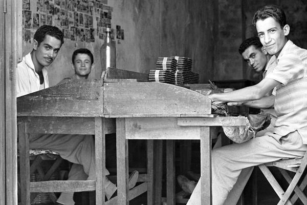 Puros Artesanos Julio es un empresa familiar, que inicia su andadura en el mundo del tabaco en el año 1950, en la que participamos varias generaciones de artesanos. Situada en el municipio de Breña Alta en la Isla de La Palma, localidad que cuenta con una gran tradición tabaquera, tanto en la elaboración como en la siembra, gracias a un microclima muy propicio.